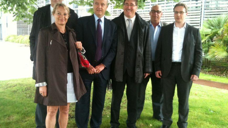 Les 5 candidats à la primaire à Bruges entourant Alain Juppé