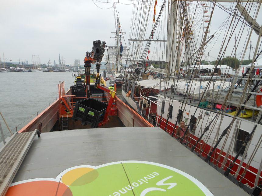 Armada 2013 : une péniche pour la collecte des déchets - le mercedes