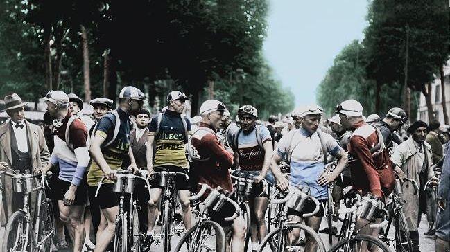 Coureurs attendant le départ de l'étape en juillet 1929