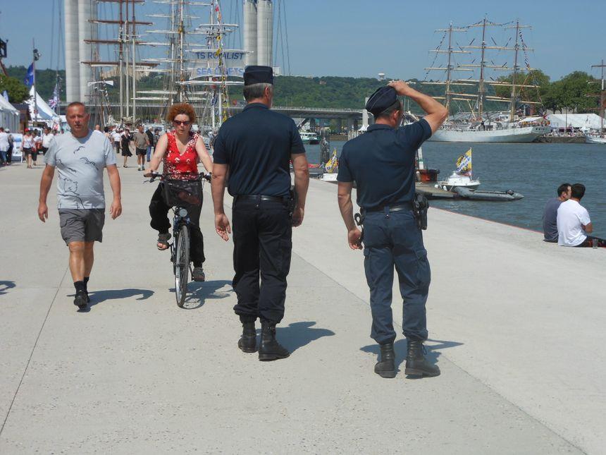 Armada 2013 : Les CRS patrouillent sur les quais de Rouen