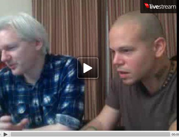 Julian Assange avec le chanteur René Perez