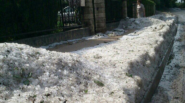 Plus de cinq heures après l'orage, des grêlons encore bien visibles dans les rues de Vouvray.