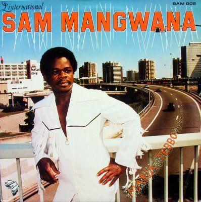Sam Mangwana s'apprête  à prendre le taxi brousse