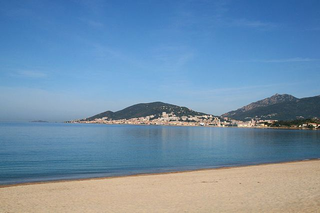 le golfe et la ville d'Ajaccio vus depuis la plage de Ricanto d'Ajaccio (Corse-du-Sud)