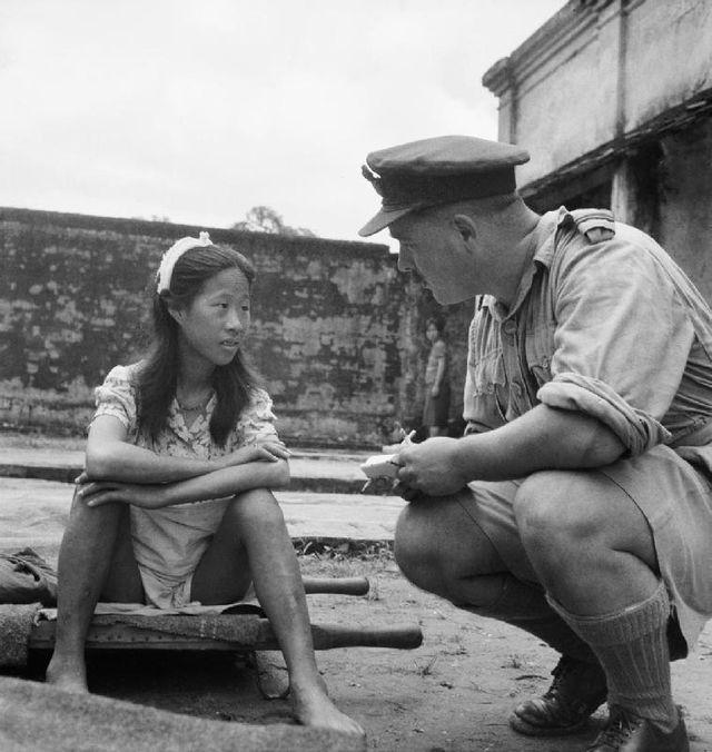 Une jeune Chinoise venant d'un centre de femmes de réconfort attend d'être interrogée dans un camp à Rangoon (8 août 1945