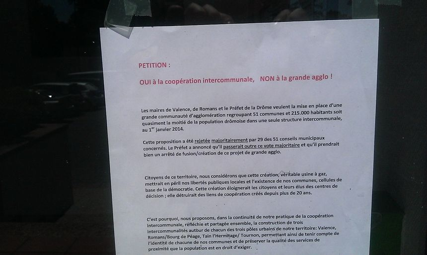 La pétition contre la Grande Agglo affichée en mairie de Montmeyran.