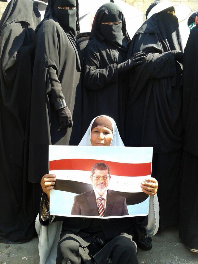 Des femmes manifestent en soutien au président Morsi...