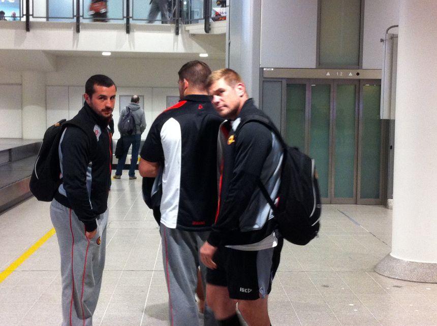 Vicent Duport et Rémi Casty (Dragons Catalans) attendent à l'aéroport de Manchester