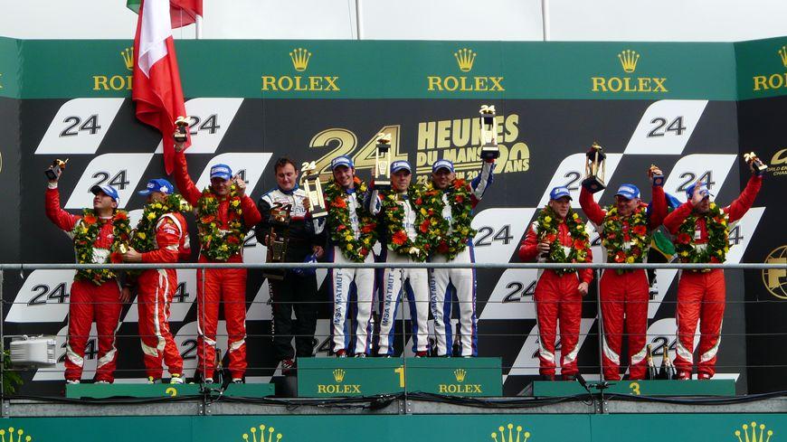 Raymond Narac et son équipe sur la première place du podium des 24 heures du Mans en catégorie GTam.