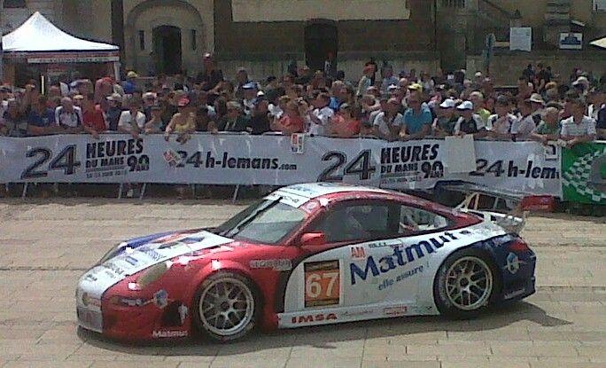 La foule lors du pesage des 24 heures du Mans