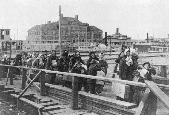 Immigrants européens débarquant à Ellis Island en 1902