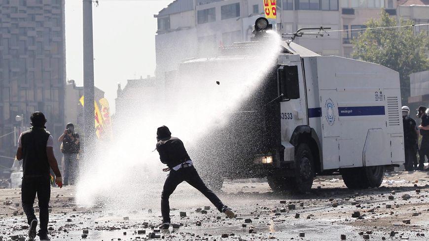 Des blindés munis de canons à eau ont délogé les manifestants de la place