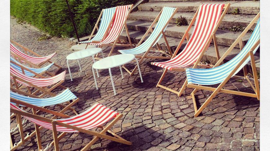 Des chaises longues sous le soleil. Images d'illustration
