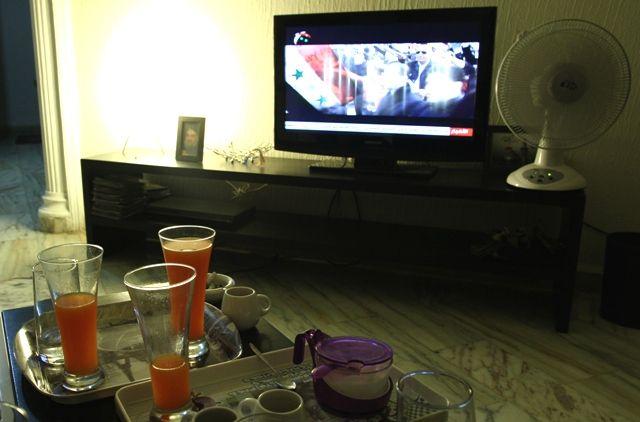 A la télé, la chaîne du Hezbollah Al Manar, à gauche, la photo de Nasrallah