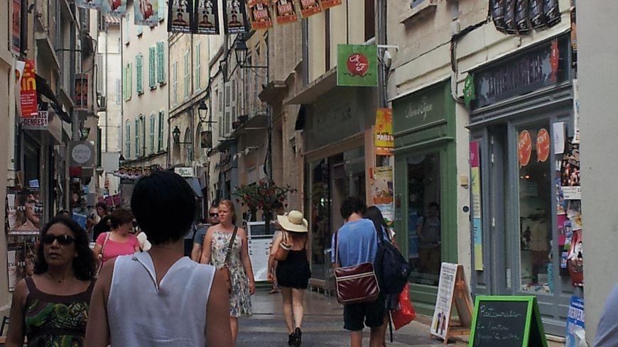 Rue commerçante des Fourbisseurs à Avignon