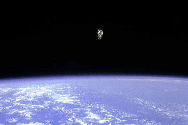 Astonaute libre dans l espace
