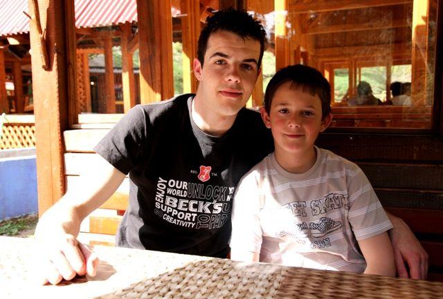 Alen et son petit frère Damir