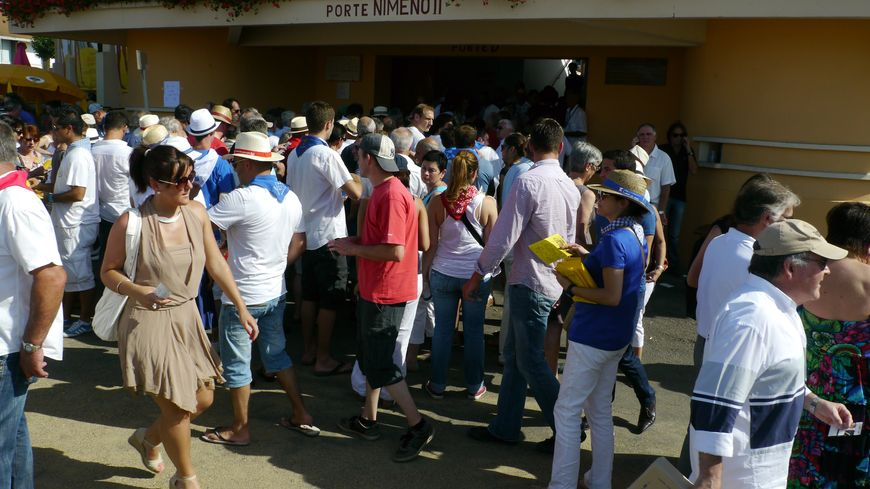 Le public devant les arènes de Plumaçon