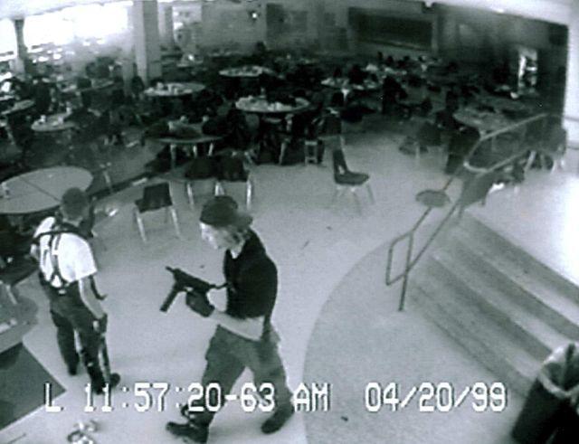 Eric Harris et Dylan Klebold pendant le massacre de Columbine