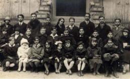 Livia Rév entourée des autres enfants prodiges