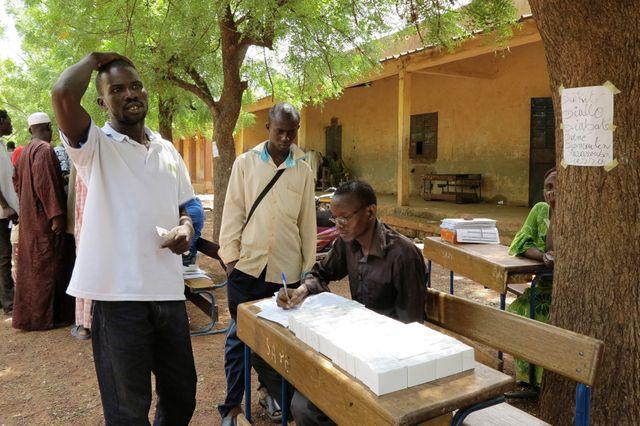 Un homme reçoit sa carte électorale au Mali, Senou 29 juin 2013