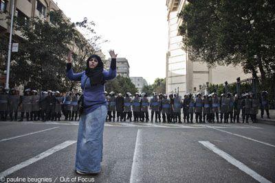 26 janvier 2011: dans un quartier du centre du Caire, une jeune Égyptienne appelle les manifestants à défier la police.