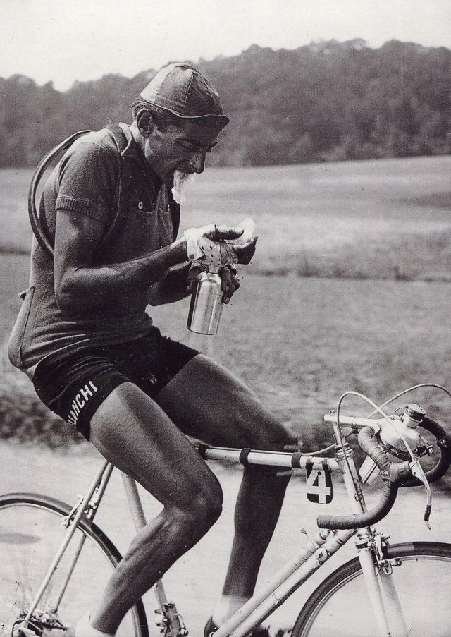 Fausto Coppi se ravitaille (TDF 1949)