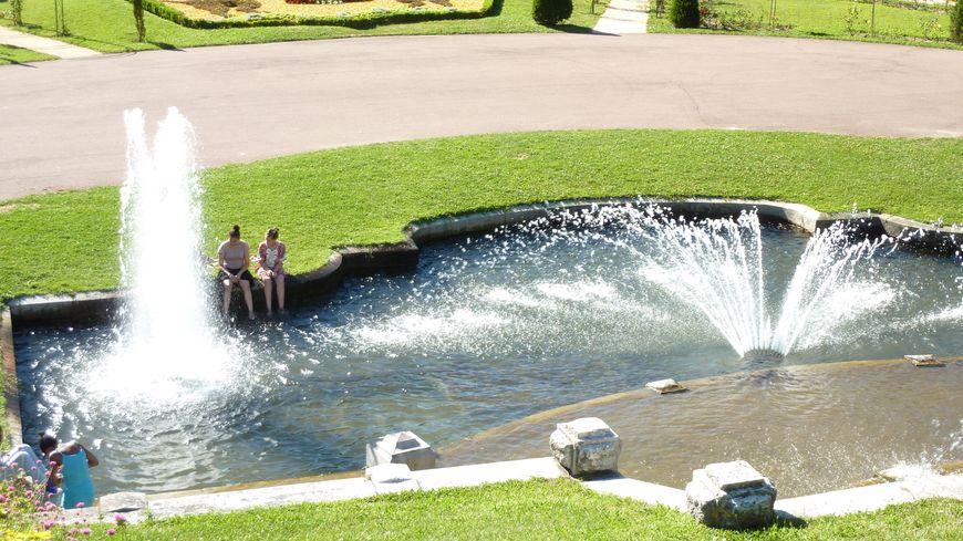 En pleine canicule à Valence, des habitants se rafraîchissent au Parc Jouvet.