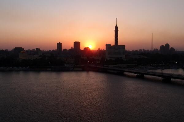 Coucher de soleil sur le Caire où les habitants se pressent pour rentrer chez eux pour se restaurer