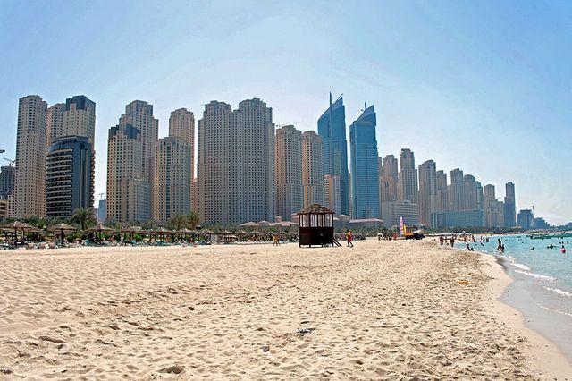 Vue sur les buildings de Dubaï Marina depuis la plage de Jumeirah