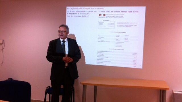 Pierre Juanchich directeur des finances publiques dans la Drôme présente le justificatif d'impôt sur le revenu.