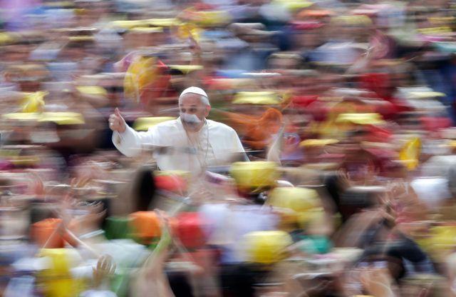 Le Pape au milieu de la foule