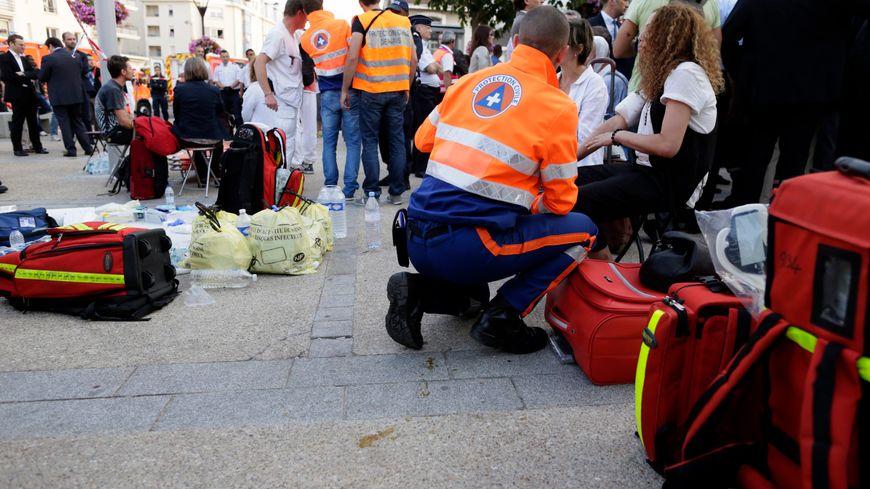La protection civile auprès des victimes du déraillement, en gare de Brétigny-sur-Orge.