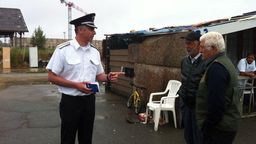 Le capitaine bulgare Georgi Yanchev discute avec les habitants du squat de Thiers-Benauge