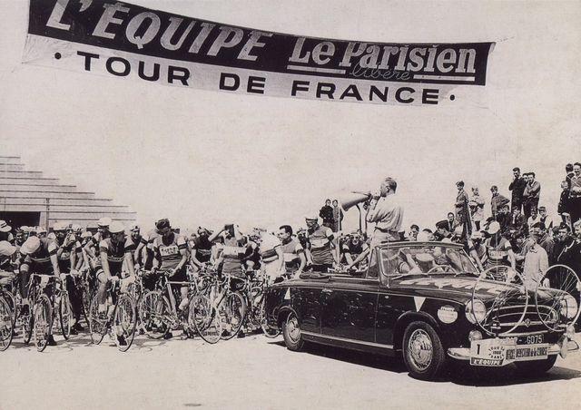 Jacques Goddet donne le départ d'une étape en 1960
