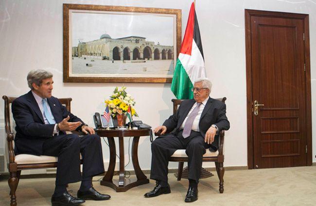 Mahmoud Abbas et John Kerry, le 30 juin 2013.