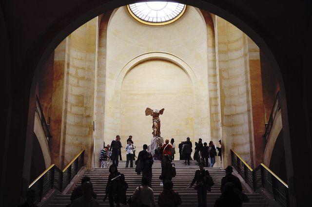 La statue dans son environnement naturel au Louvre