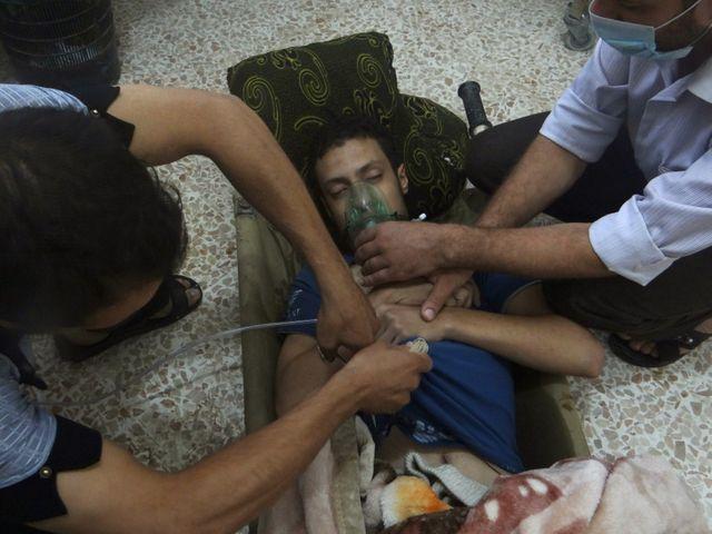 Syrie, un homme soigné après avoir été atteint par des gas toxiques