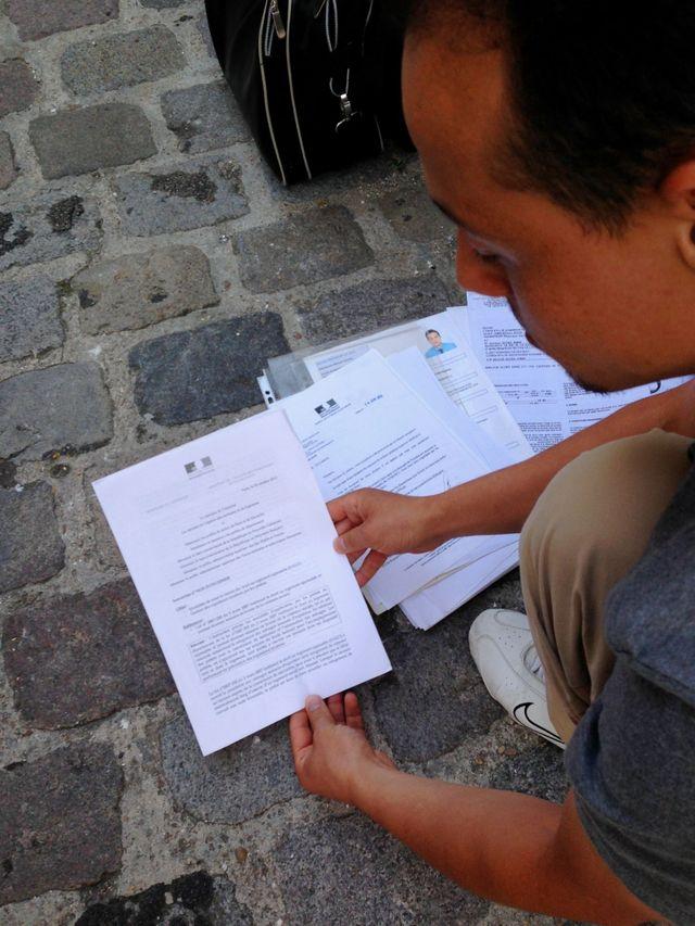 Nacim, à la rue  avec sa mère de 58 ans depuis une semaine et qui conserve dans son dossier la circulaire de Cécile Duflot