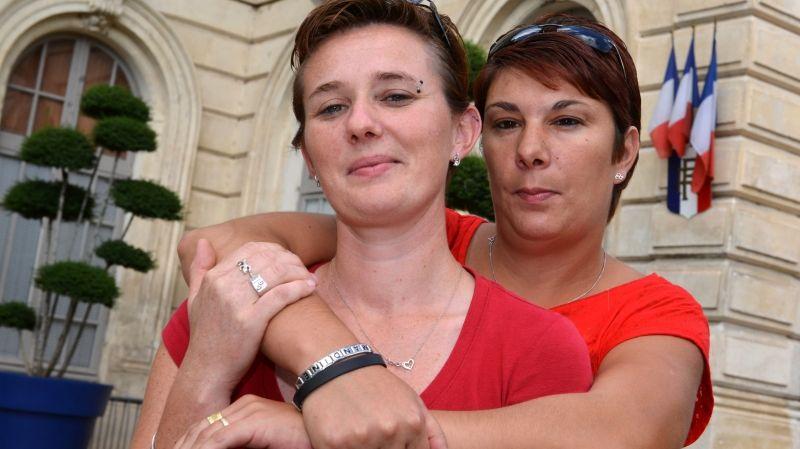 Angélique et Amandine devant l'hôtel de ville de Bollène