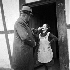 L'inspecteur des pauvres contrôle la dentition d'une fillette placée, Canton de Berne, 1940