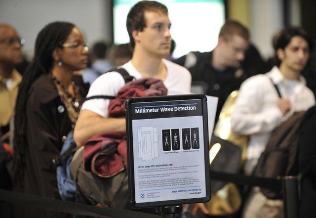 Portiques de sécurité à l'aéroport