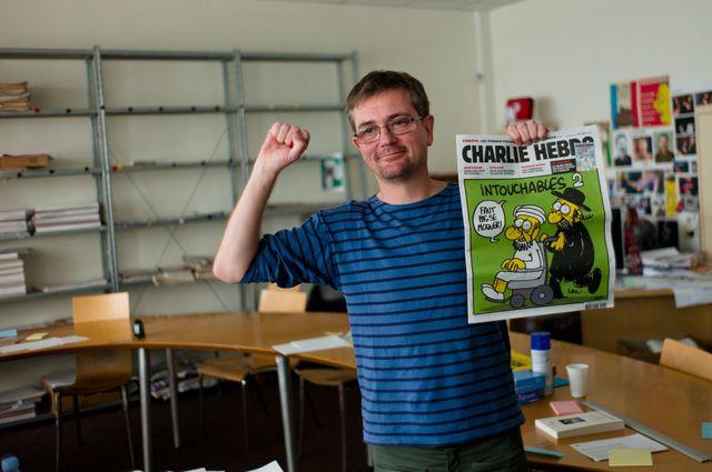Charb, rédacteur en chef de Charlie Hebdo dans les nouveaux locaux du journal