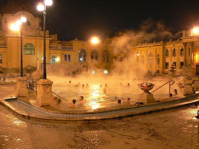 Vue nocturne des bains de Szechenyi à Budapest