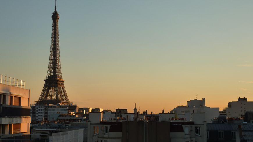La tour Eiffel au lever du jour à Paris