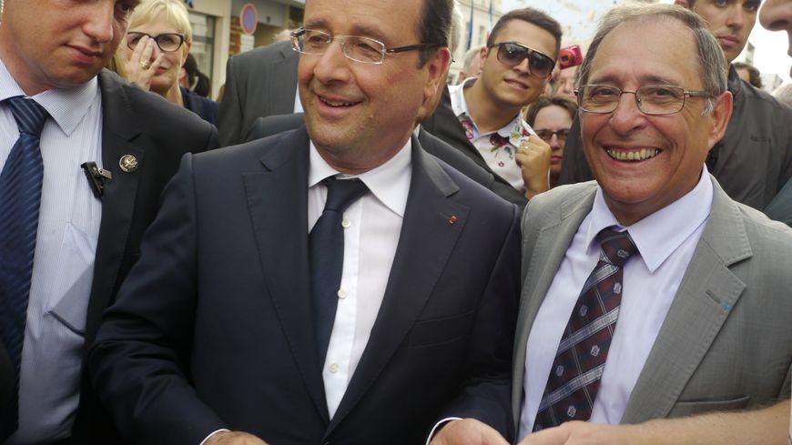 François Hollande dans les rues de Périgueux (ici avec Michel Moyrand)