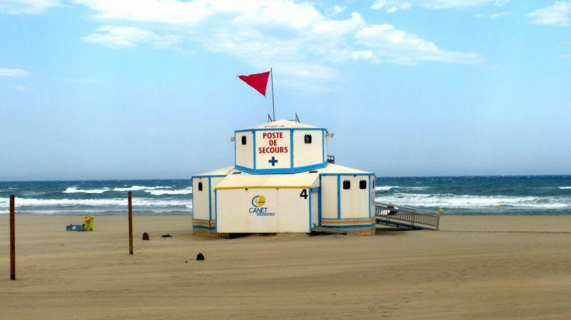 Drapeau rouge sur la plage de Canet en Roussillon