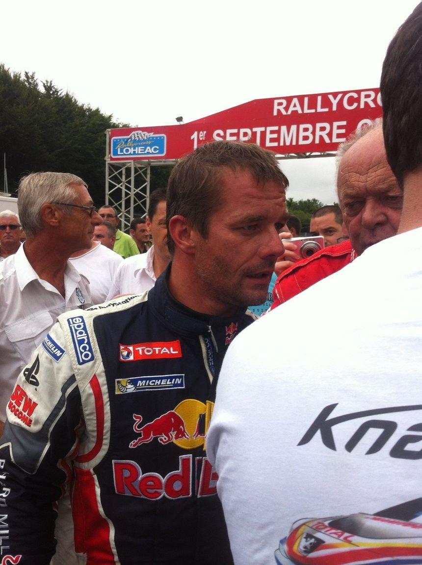Sébastien Loeb entouré de fans