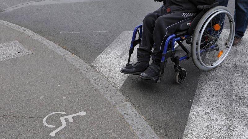 Personne handicapée en fauteuil roulant