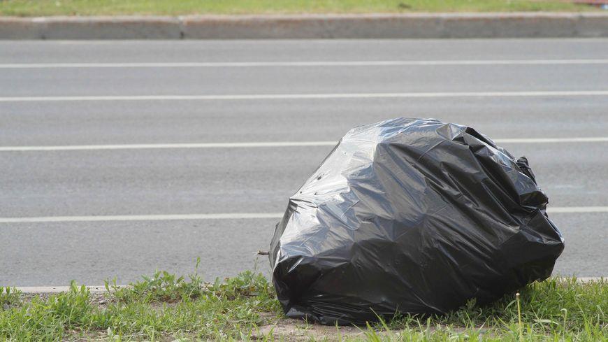 Un sac poubelle sur le trottoir (photo d'illustration)
